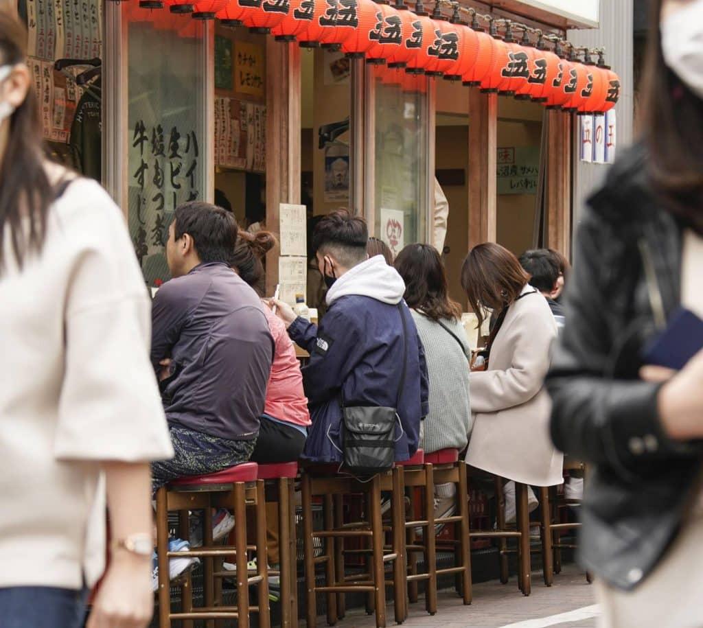 Gente comiendo en Osaka